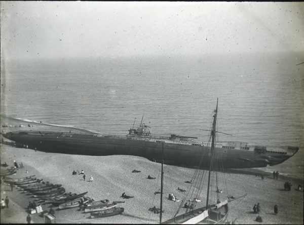 A U-Boat washed up on Hastings beach 1919. Courtesy of Eastbourne Libraries