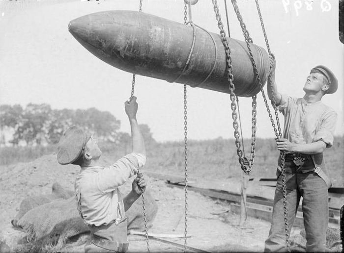 Gunners of the Royal Marine Artillery hoisting a 15-inch shell. © IWM (Q 897)