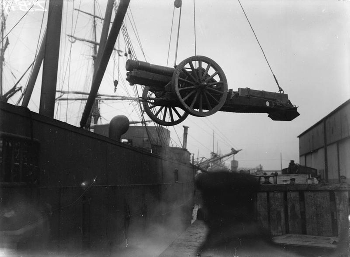 Heavy howitzer of the Royal Garrison Artillery being disembarked ashore after journey from Britain. © IWM (Q 33308)